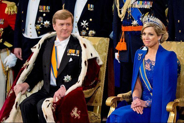 Mardi 30 avril, le nouveau souverain prête serment dans Nieuwe Kerk, «la nouvelle église», à Amsterdam. Le roi porte le manteau d'hermine traditionnel, Maxima une robe bleu roi et un diadème Mellerio en diamants et saphirs offert en 1881 par Guillaume III à son épouse.