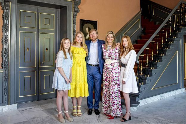 La famille royale des Pays-Bas : le roi Willem-Alexander des Pays-Bas et son épouse Maxima, entourés de leurs filles (Amalia est en jaune) au palais Huis ten Bosch à La Haye, le 27 avril 2020