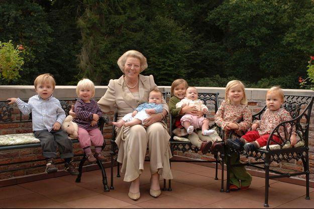 La reine Beatrix des Pays-Bas avec ses sept petits-enfants en 2006