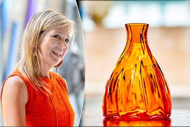 La reine Maxima des Pays-Bas, le 25 juin 2020 - A droite, un exemplaire du vase orange de ses 50 ans, dans la verrerie du musée national du Verre à Leerdam, le 2 avril 2021