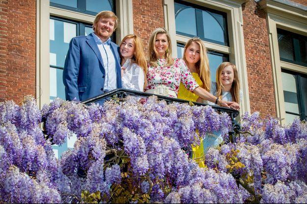 La reine Maxima et le roi Willem-Alexander des Pays-Bas avec leurs filles les princesses Catharina-Amalia, Alexia et Ariane, le 27 avril 2020. Photo choisie pour leur carte de voeux, diffusée le 24 décembre 2020
