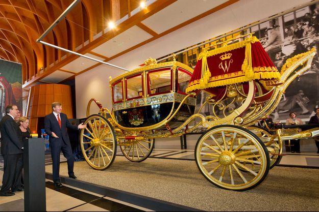 """Le roi Willem-Alexander des Pays-Bas a inauguré la restauration du """"carrosse de verre"""" du roi Willem Ier à La Haye, le 16 mars 2015"""