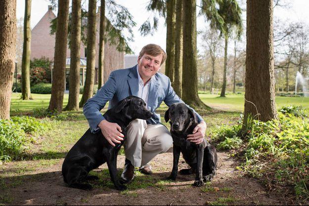 Portrait officiel du roi Willem-Alexander des Pays-Bas avec ses chiens pour ses 50 ans, le 27 avril 2017