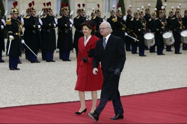 Le roi Carl XVI Gustaf de Suède et de la reine Silvia à leur arrivée au Palais de l'Elysée, ce mardi.