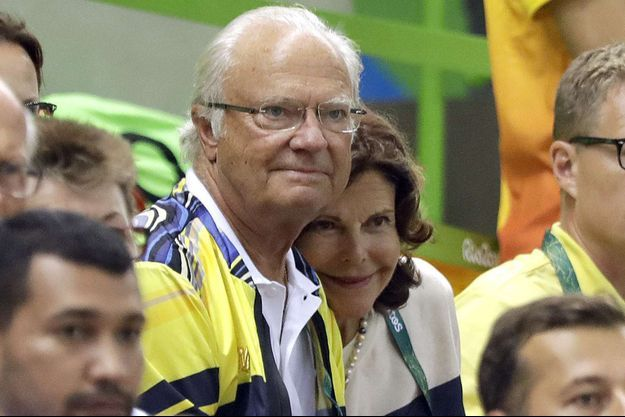 La reine Silvia et le roi Carl XVI Gustaf de Suède assistent au match de handball Suède-Brésil aux JO de Rio, le 15 août 2016
