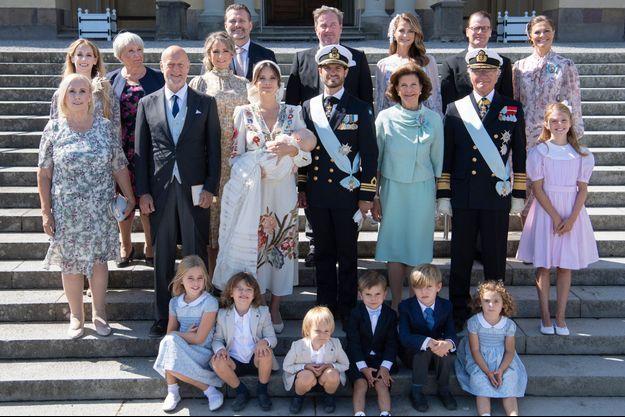 La photo de famille du prince Julian de Suède, le 14 août 2021, jour de son baptême à Drottningholm