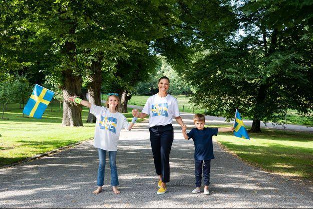 La princesse héritière Victoria et ses enfants la princesse Estelle et le prince Oscar dans le parc du château de Haga à Solna, le 24 août 2021