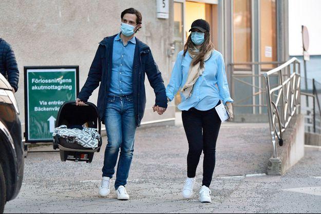 La princesse Sofia de Suède sort de la maternité avec son bébé et le prince Carl Philip, le 26 mars 2021