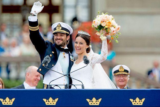 Le prince Carl Philip de Suède et Sofia Hellqvist, le 13 juin 2015, jour de leur mariage à Stockholm