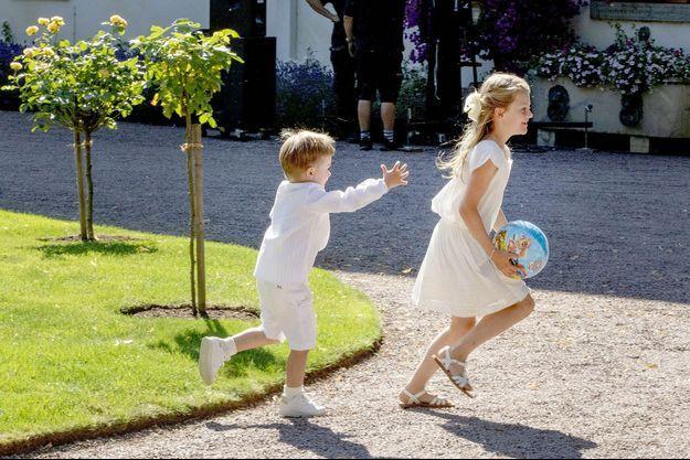 La princesse Estelle de Suède et son petit frère le prince Oscar en vacances au palais de Solliden sur l'ïle d'Oland, le 14 juillet 2019