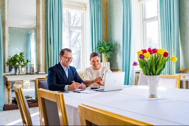 La princesse héritière Victoria de Suède et le prince consort Daniel en visioconférence dans leur château de Haga à Solna, le 23 avril 2020