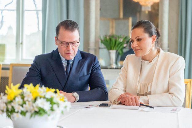 La princesse héritière Victoria de Suède et le prince Daniel dans leur château de Haga à Solna, le 17 avril 2020