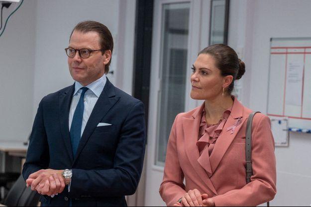 Le prince Daniel et son épouse la princesse Victoria lors d'une visite dans un hôpital, en septembre 2020.