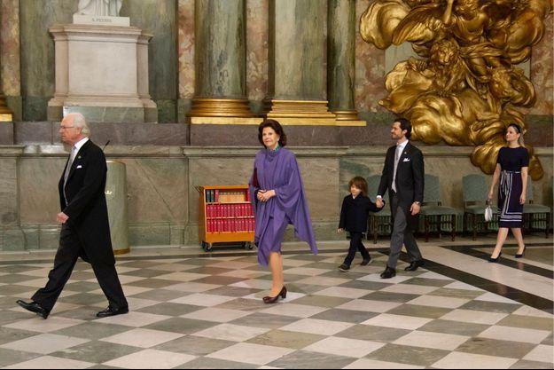 Le prince Alexander de Suède avec le roi Carl XVI Gustaf, la reine Silvia et le prince Carl Philip, et sa tante maternelle Lina Hellqvist à Stockholm, le 28 mars 2021