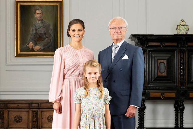 Nouveau portrait du roi Carl XVI Gustaf de Suède et de ses deux héritières les princesses Victoria et Estelle, dévoilé le 7 octobre 2019