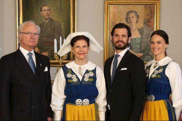 Le roi Carl XVI Gustaf et son épouse la reine Silvia, leur fils Carl Philip et sa fiancée Sofia, lors de la fête nationale, samedi 6 juin 2015.