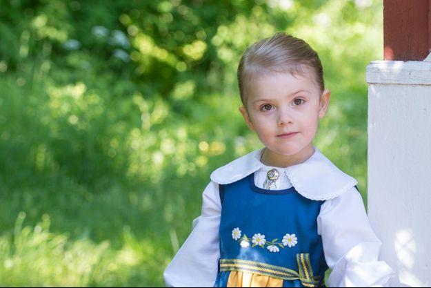 La princesse Estelle de Suède, en costume traditionnel à l'occasion de la fête nationale, samedi 6 juin.