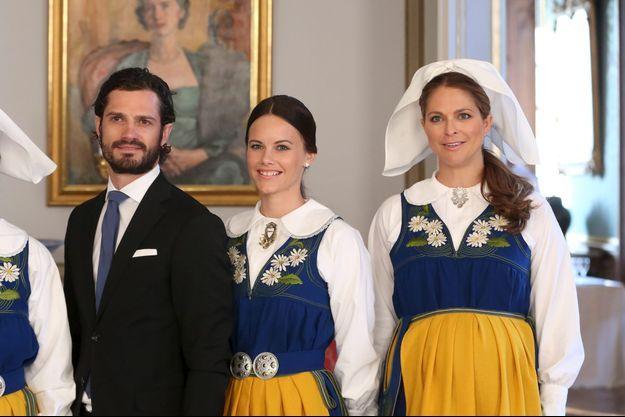Le prince Carl Philip de Suède, sa fiancée Sofia Hellqvist et la princesse Madeleine de Suède, lors de la fête nationale samedi.