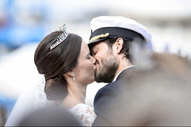 Le prince Carl Philip et la princesse Sofia ont donné le plus passionné que l'on ait vu au balcon d'un mariage royal.