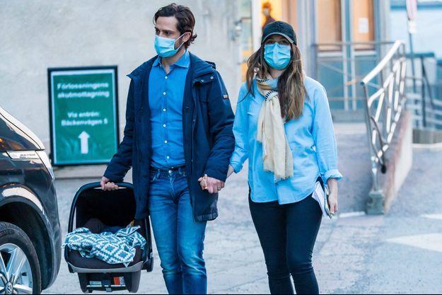 La princesse Sofia de Suède à sa sortie de la maternité avec son bébé et le prince Carl Philip, le 26 mars 2021