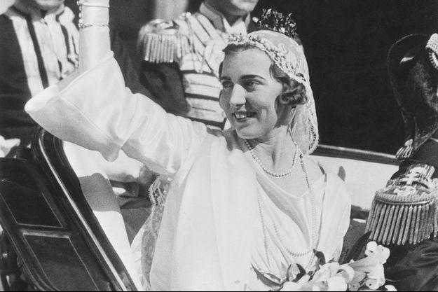 La princesse Ingrid de Suède le 24 mai 1935, jour de son mariage à Stockholm, porte le voile de sa mère défunte et une couronne de myrte