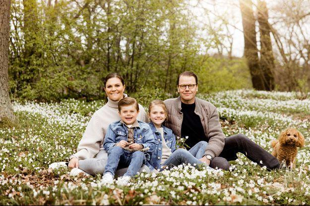 La princesse Victoria de Suède, le prince Daniel, leurs enfants la princesse Estelle et le prince Oscar et leur chien Rio dans le parc du château de Haga à Solna, en mai 2021
