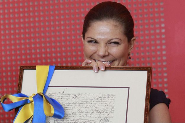 La princesse Victoria de Suède présente la photocopie du certificat de mariage de Désirée Clary et de Jean-Baptiste Bernadotte à Sceaux, le 27 septembre 2010