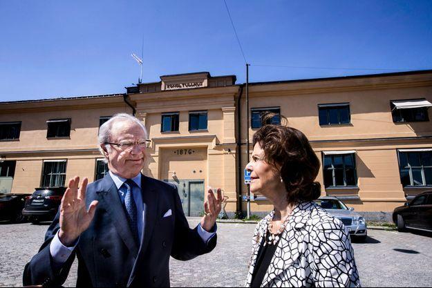 La reine Silvia et le roi Carl XVI Gustaf de Suède devant le bâtiment de la vieille douane à Stockholm, le 30 mai 2016