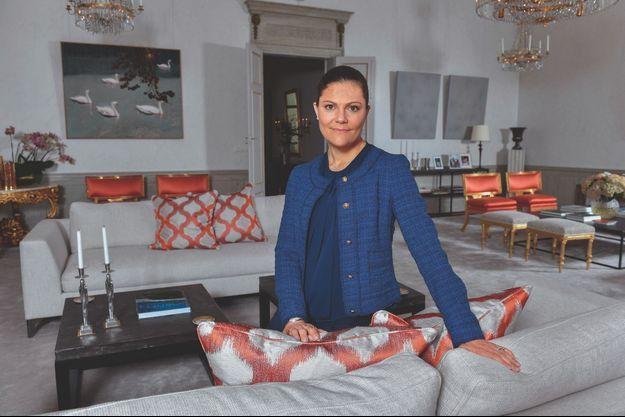 Dans l'un des salons du premier étage. Un peu de rouge et beaucoup de gris, du design et des dorures : en déco comme en toute chose, Victoria privilégie l'équilibre.