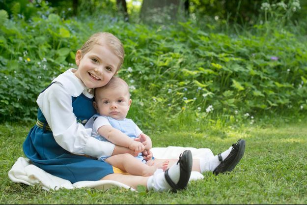 La princesse Estelle de Suède et son petit frère le prince Oscar en juin 2016