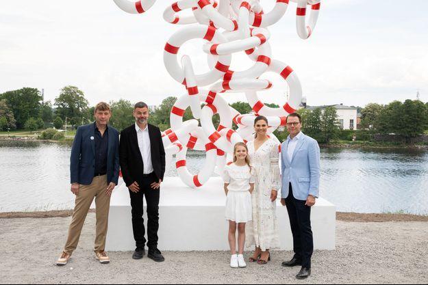 La princesse Estelle de Suède avec ses parents la princesse héritière Victoria et le prince Daniel et les artistes Michael Elmgreen et Ingar Dragset à Stockholm, le 7 juin 2021