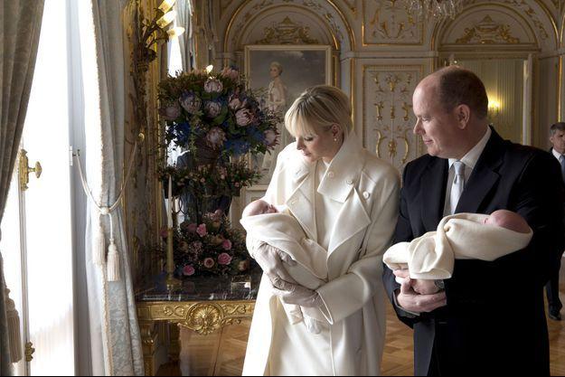 Dans le salon des Glaces, le 7 janvier dernier le prince Albert II et la princesse Charlène jettent un même regard attendri sur leurs enfants juste avant leur présentation officielle au balcon.