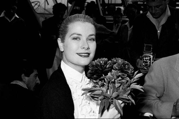 Grace Kelly, ici au Festival de Cannes en 1955, a toujours aimé les fleurs.