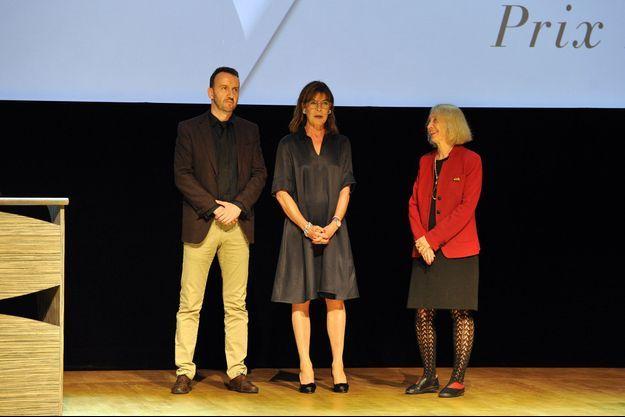 Caroline entourée de Jean-Noël Orengo, prix coup de coeur des lycéens et de Chantal Thomas, prix Prince Pierre