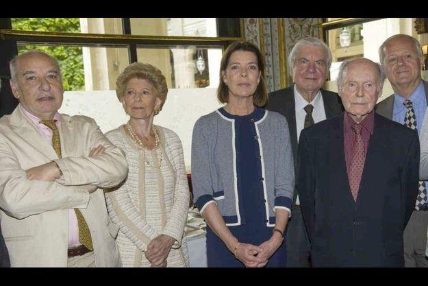 La Princesse de Hanovre, entourée de membres du jury littéraire Prix Prince Pierre (de gauche à droite), Tahar Ben Jelloun, Hélène Carrère d'Encausse, Bertil Galland, René de Obaldia et Frédéric Vitoux.