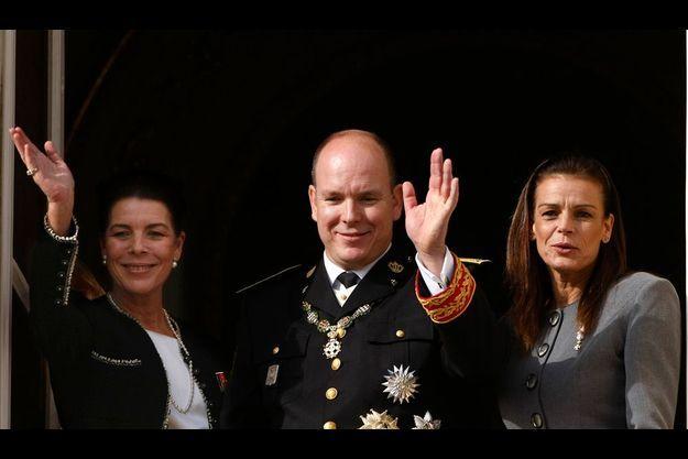 Le 19 novembre, un peu après midi. Caroline, Albert et Stéphanie de Monaco saluent les Monégasques. Le matin, ils ont assisté ensemble à la messe à la cathédrale.