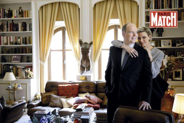 Au palais, le prince Albert et Charlène dans le bureau qui était autrefois celui de la princesse Grace, au deuxième étage de la tour de l'Horloge.
