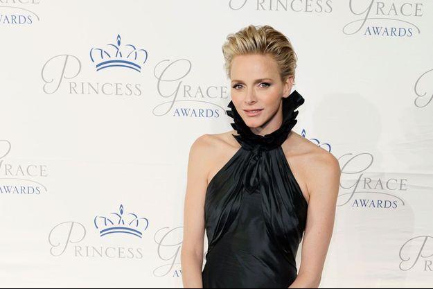 Pour cette soirée très spéciale, Charlène a choisi de porter une robe vert sombre signée Ralph Lauren et des bijoux Graff.