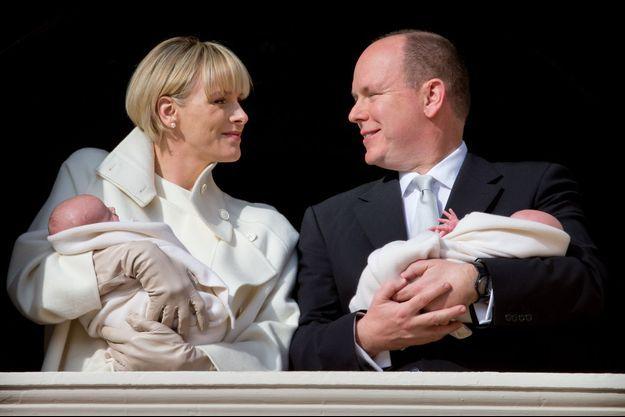 Gabriella et Jacques dans les bras de leurs parents Albert et Charlène de Monaco, le 7 janvier dernier.