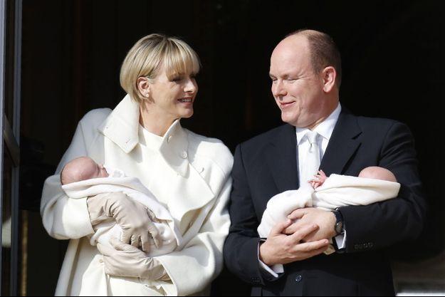 Charlène de Monaco et le prince Albert au balcon du palais pour présenter leurs jumeaux, le prince héréditaire Jacques et la princesse Gabriella, le 7 janvier dernier.