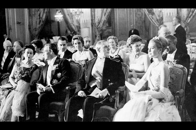 Lors de la soirée de gala, le prince bavarde avec Mme de Gaulle, alors que, aux côtés du Général, la princesse domine l'élégante assemblée de son port souverain