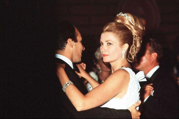 La princesse Grace de Monaco, dansant avec le prince Karim Aga Khan à un gala de charité, en juillet 1966
