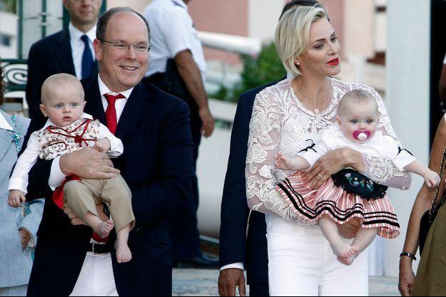 Le prince Albert II de Monaco et la princesse Charlène avec leurs bébés le prince héréditaire Jacques et la princesse Gabriella à Monaco, le 28 août 2015