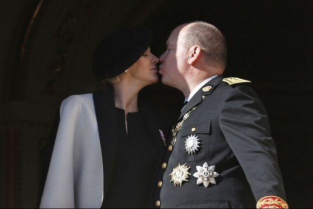 Un baiser plein de tendresse. Dernière apparition officielle de Charlène sur le balcon du palais. C'était le 19 novembre, trois semaines avant la naissance des jumeaux.