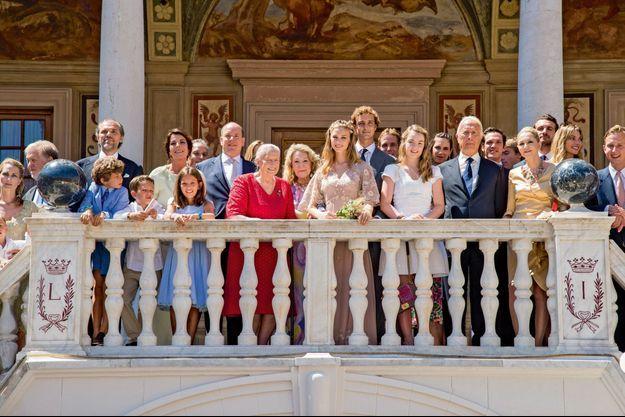 Sur le balcon du palais, les invités se sont regroupés autour des jeunes mariés.