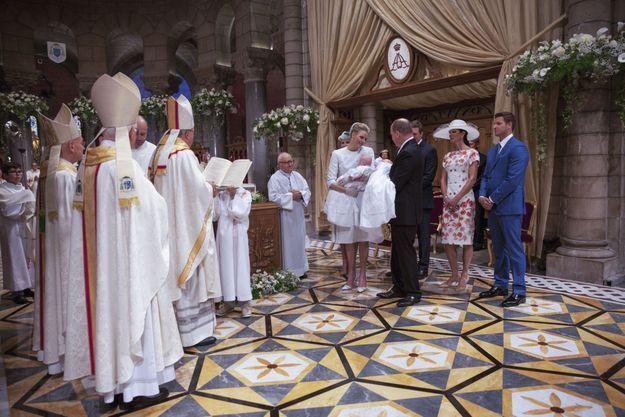Jacques et Gabriella sont restés stoïques durant toute la cérémonie, leur deuxième apparition publique depuis leur présentation officielle, le 7 janvier. Six cents personnes sont réunies pour assister à la messe célébrée par l'archevêque Bernard Barsi, dimanche 10 mai, dans une église parée de 6 000 fleurs blanches.