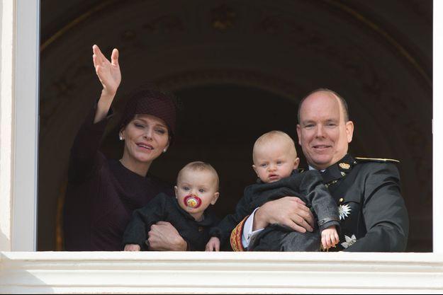 Le prince Albert II et la princesse Charlène de Monaco avec leurs enfants le prince Jacques et la princesse Gabriella, à Monaco le 19 novembre 2015