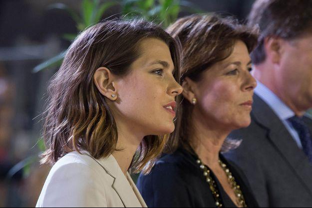 Vendredi 28 juin, à Monte-Carlo. Charlotte et Caroline assistent à la remise du trophée de la compétition du Longines Pro Am.