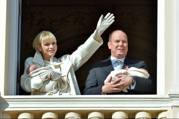 La princesse Charlène de Monaco et le prince Albert avec leurs enfants Gabriella et Jacques dans leurs bras.