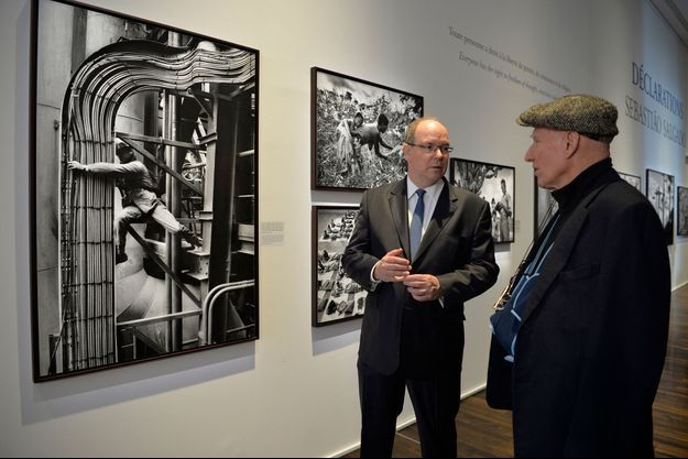 Le prince Albert II de Monaco avec le photographe franco-brésilien Sebastiao Salgado au Musée de l'Homme à Paris, le 21 février 2019